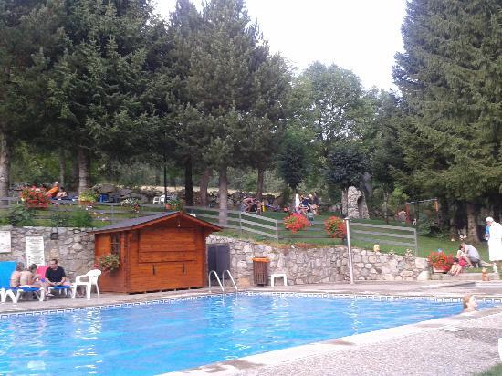 Hotel Petit Lacreu: Vista del jardín des de la piscina