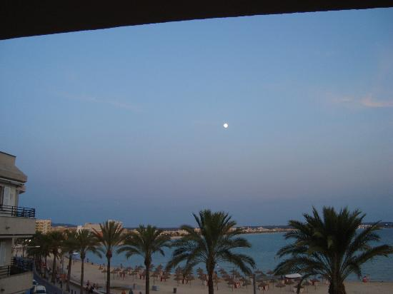 Hotel Las Arenas: View from the balcony in the evening