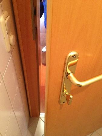 Hagleitner KINDERHOTEL Zell am See: Herausstehende Schrauben im WC (Verletzungsgefahr)