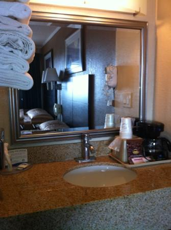 رودواي إن آند سويتس: fresh towels. clean sink.