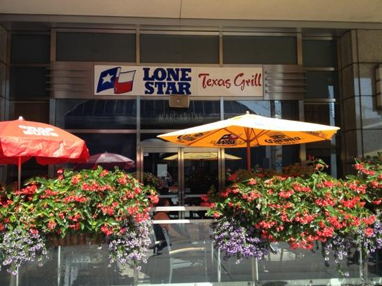 Lone Star Texas Grill : Outdoor seating on a beautiful day