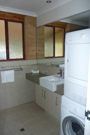 Woodstone Cottages: Downstairs bathroom/ laundry
