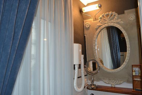 Hotel Orts: Ванная комната с окном и выходом на террасу
