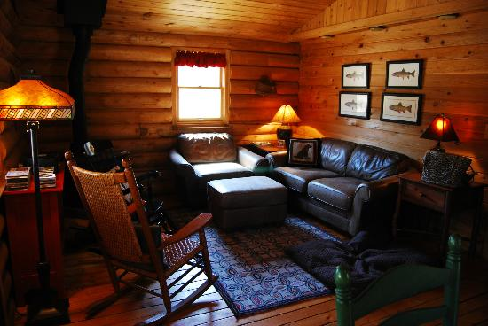 Big Horn Bed and Breakfast: Living room at the Saphire Cabin, Rock Creek, Mt.