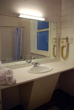Igar Hotel: Bathroom. Bathtub/Shower on the oposite side of the room.