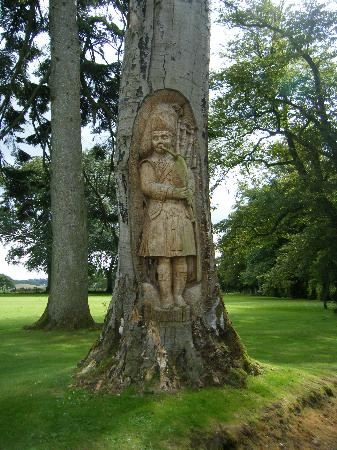Best Western Dryfesdale Country House Hotel: carving of a piper in the tree!