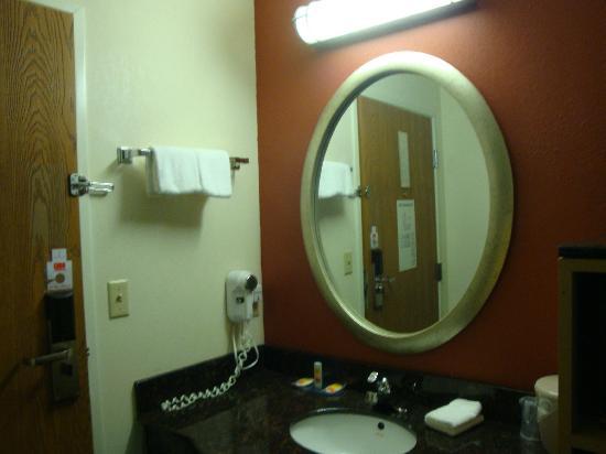 Motel 6 LA Vale-Cumberland : Vanity area