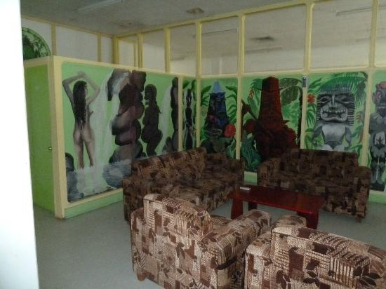 Tsulu Beach Bunkhouse and Apartments: The Art in the Dorm common area