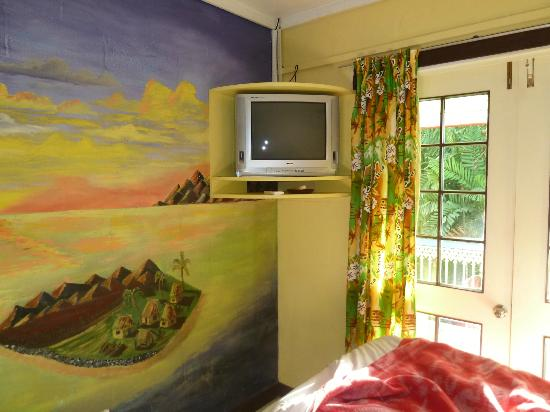 Tsulu Beach Bunkhouse and Apartments: The sunset room bedroom and its art
