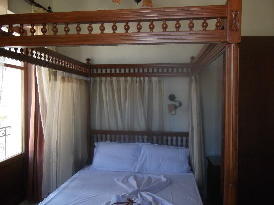 Afroditi Hotel: Four poster bed