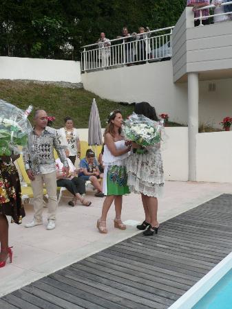 Logis Amelie: La propriétaire et son époux offrant des fleurs lors d'une soirée organisée.