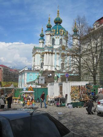 Sankt Andreas kyrka: St. Andrew's Church with souvenirs booths on Andriyivskyy Descent in the foreground April 2012