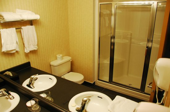 Ramada Edmonton International Airport: bathroom with 2 sinks