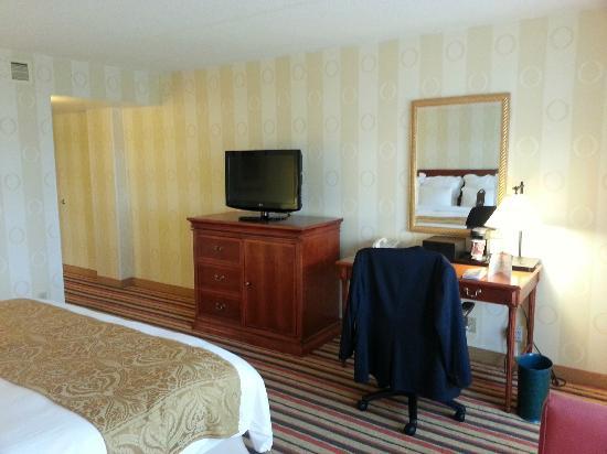 Renaissance Philadelphia Airport Hotel: Bedroom TV and Sitting Desk