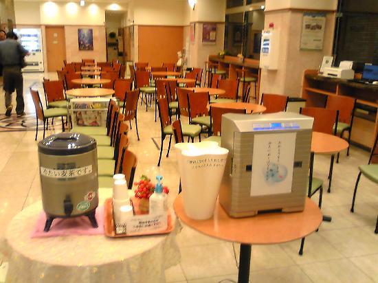 Toyoko Inn Yodoyabashi-eki Mimai: ロビー、水のサーバーが置いてある