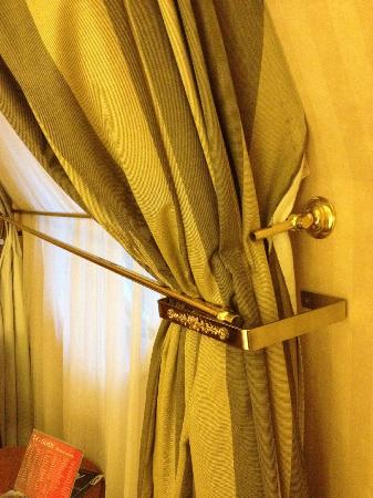 Radisson Blu Palais Hotel, Vienna: Broken curtain holder