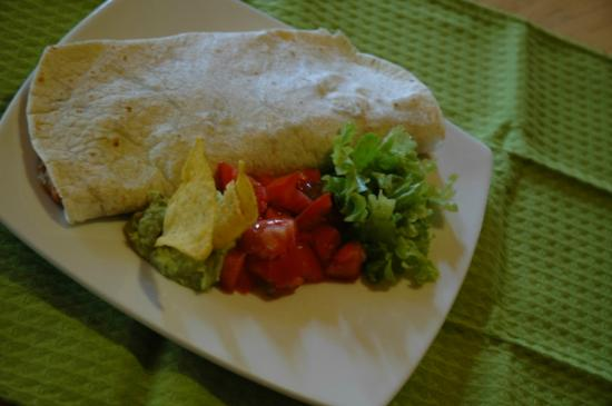 Deli Cafe Restaurant: Burrito con ensalada