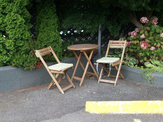 The Grove, West Seattle Inn: designated smoking area