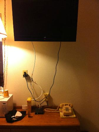 Americas Best Value Inn St. Helens: Nice TV but do something with those wires.