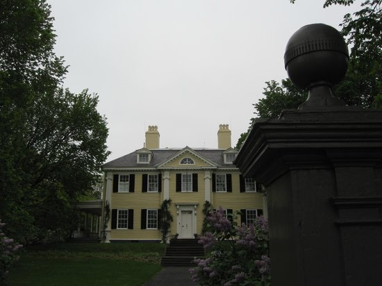 Longfellow House Washington's Headquarters National Historic Site : The front of the house