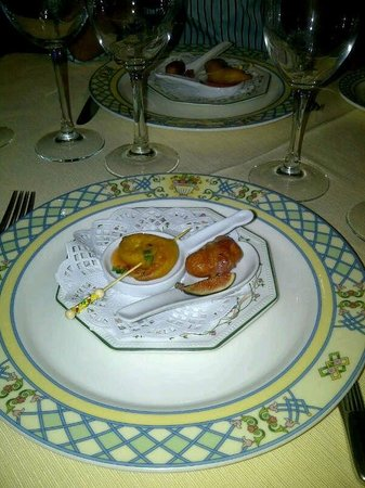 Le Bistrot d'Alain : Picoteo cortesia de la casa, salchicha con bacon y gamba rebozada con salsa agridulce