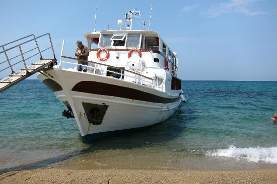 Megalos Aselinos Beach: the boat that is bringing some tourists on the beach, not annoying at all