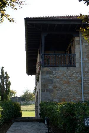 Hotel SIGLO XVIII: Vista del hotel desde la entrada del parking. Con el balcon de la habitacion