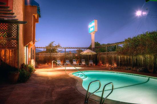 Chablis Inn: Year Round Heated Pool & Jacuzzi