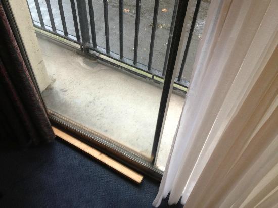 Alliance Hotel Liege - Palais des congres : The high-tech wooden block in lieu of balcony lock