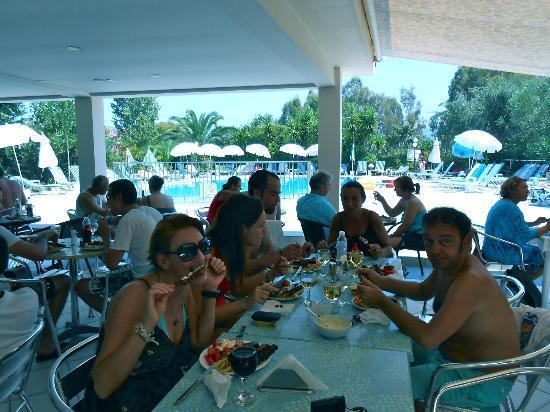 كاستيلي هوتل: Il famoso Barbeque di Spyros fronte piscina 