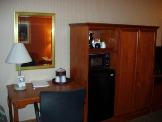 Hampton Inn by Hilton Harrisburg West: Desk & Microwave & Refrig