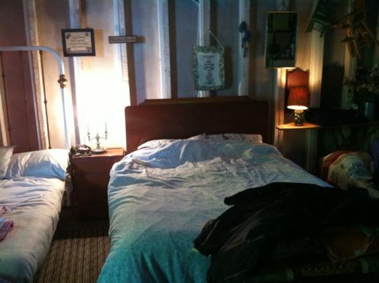 Gray's Log House Bed & Breakfast: beds in camping cabin (far right is optional twin bed)