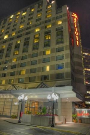 Toronto Marriott Downtown Eaton Centre Hotel: the hotel at night