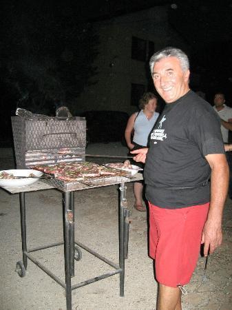 Agriturismo Il Borghetto: Paolo alle prese con la carne alla griglia