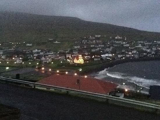 Sandavagur, หมู่เกาะแฟโร: Kirken hen under aften i september 2012