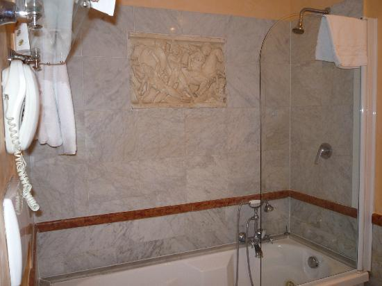 Hotel Royal Court: shower