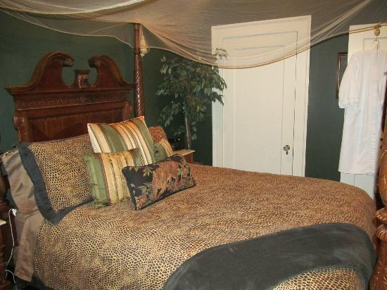 Inn at Craig Place: The bed part of the B&B. Uber comfy.