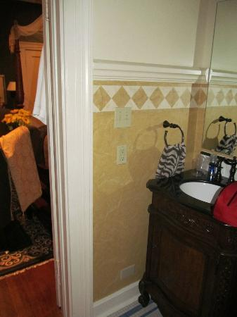 Inn at Craig Place: Bathroom vanity. Very cozy.