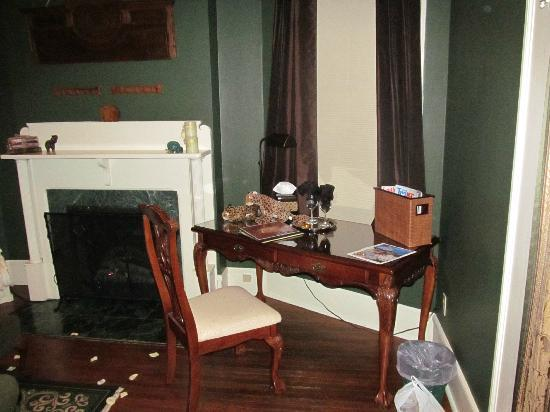 Inn at Craig Place: Writing desk. Didn't write on it, assume it works fine.