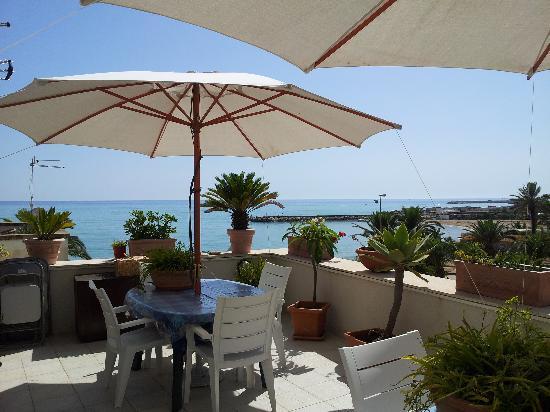 B&B Villetta sul Mare : Terrazzo dove fare colazione
