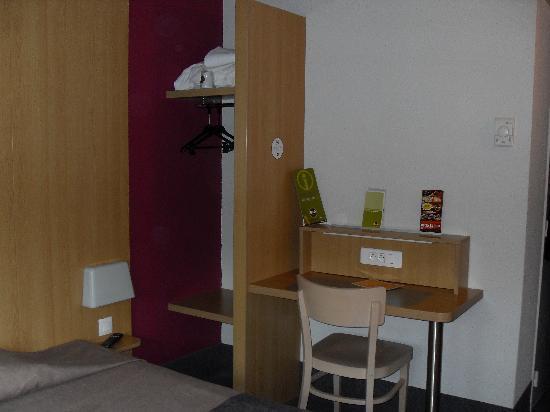 B&B Hotel Lille Centre Grand Palais: la chambre côté bureau et rangement