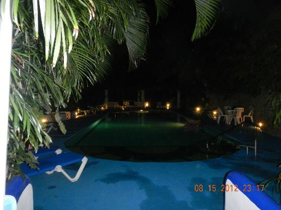 Natz Ti Ha Condominios: Pool area at night
