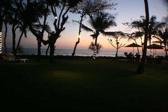 Legong Keraton Beach Hotel: Hotel grounds at sunset