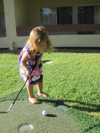 San Clemente Inn: My granddaughter golfing right behind our room