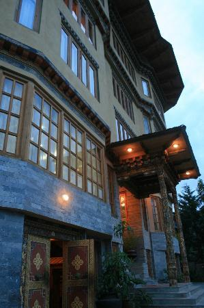 Namgay Heritage Hotel: Entrance to Hotel at dusk.