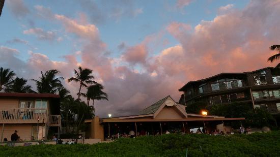 Days Inn Maui Oceanfront: hotel e ristorante visti dalla spiaggia