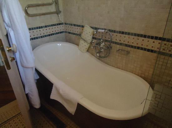The Pucic Palace: bath