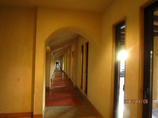 Four Seasons: 一階の回廊