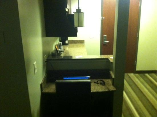 The East Avenue Inn & Suites: Laptop nook and kitchenette