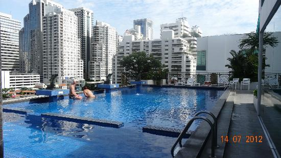 Admiral Premier Bangkok by Compass Hospitality: Piscine sur le toit